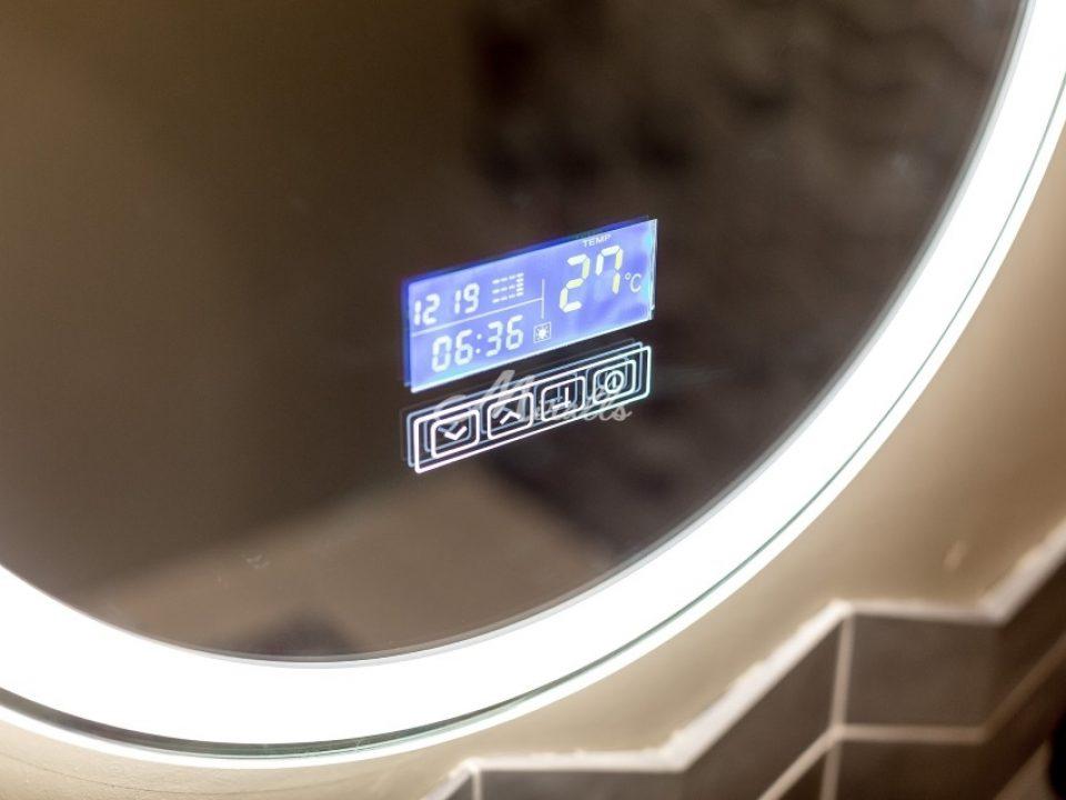 Сенсорные часы на зеркале