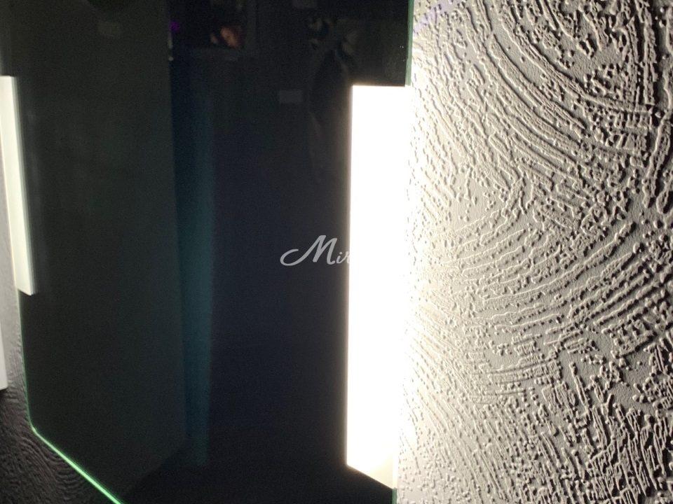 Вид зеркала с подсветкой Bravus сбоку