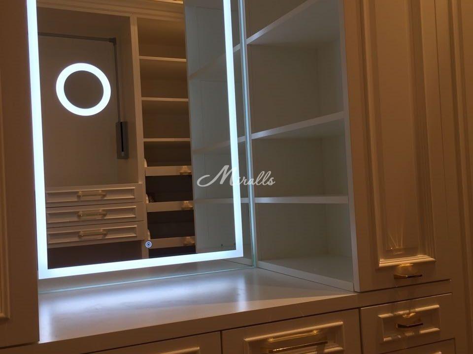 Зеркало Edging в гардеробной комнате частной квартиры