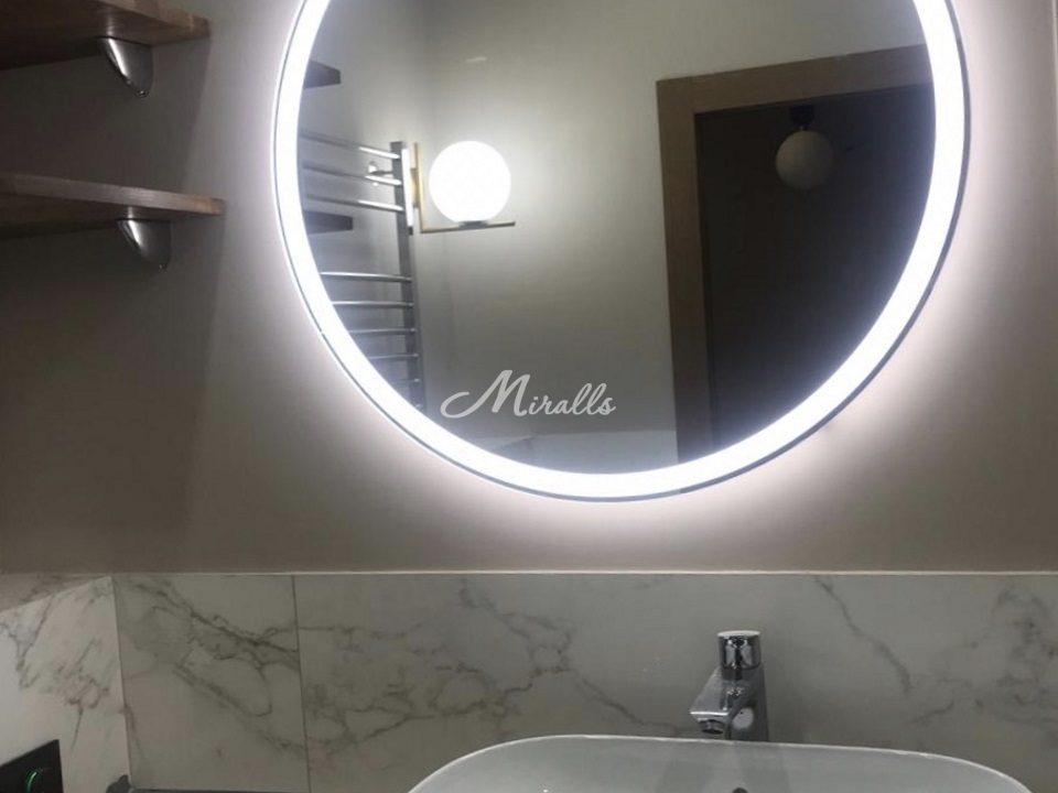 Зеркало Ring с нейтральной подсветкой в санузле частной квартиры