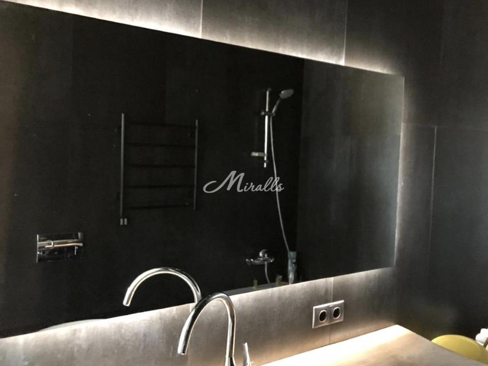 Зеркало Valerya в ванной комнате в частной квартире