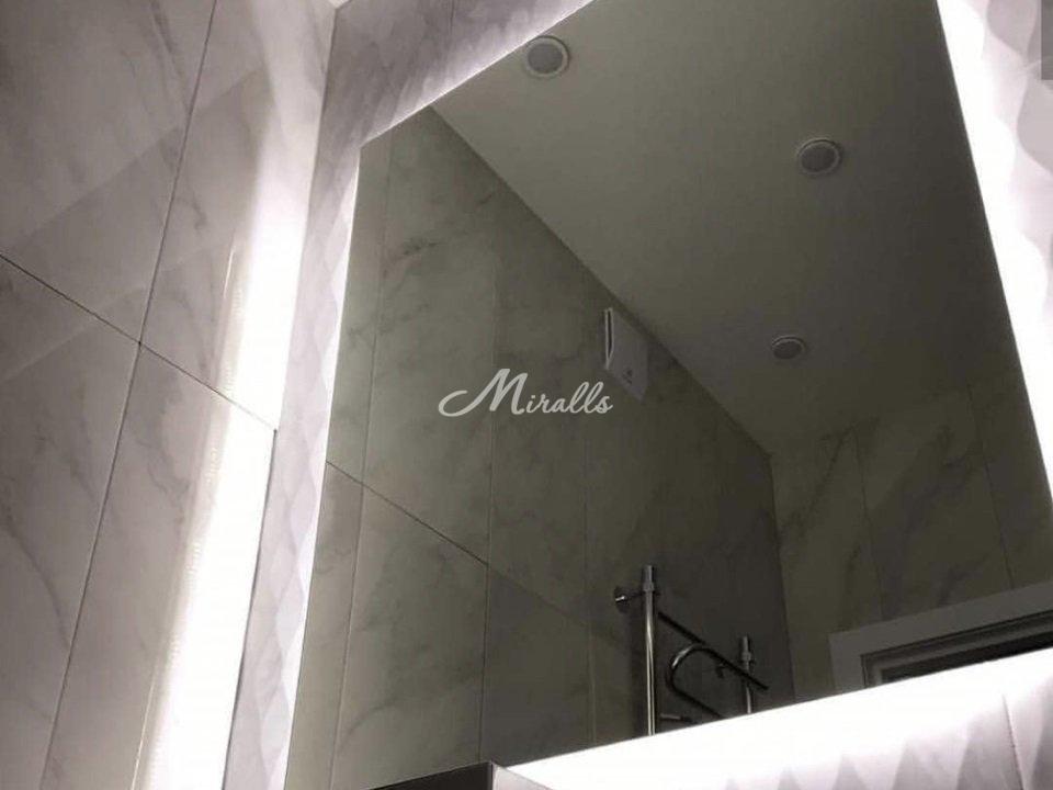 Зеркало Light с прямыми углами в частной квартире