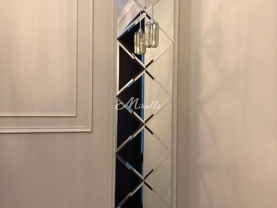Зеркальное панно в оформлении гостиной
