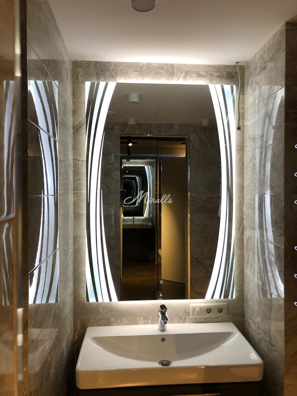 Зеркало с подсветкой Anastasia в ванной комнате частной квартиры