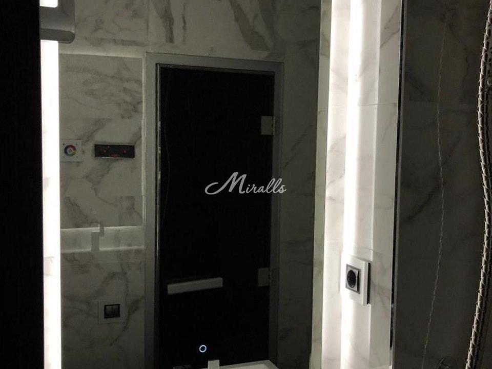 Зеркало Basic в ванной комнате частной квартиры. Снизу по центру выключатель «тач-кольцо».