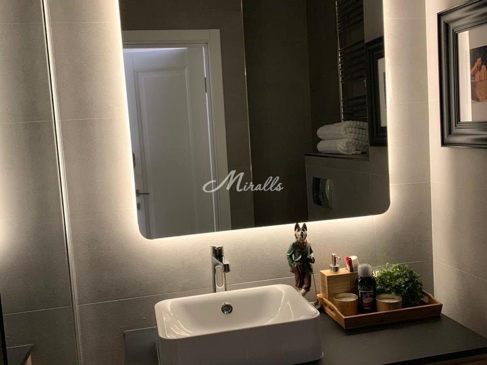 Зеркало Lux с нейтральной подсветкой в ванной комнате