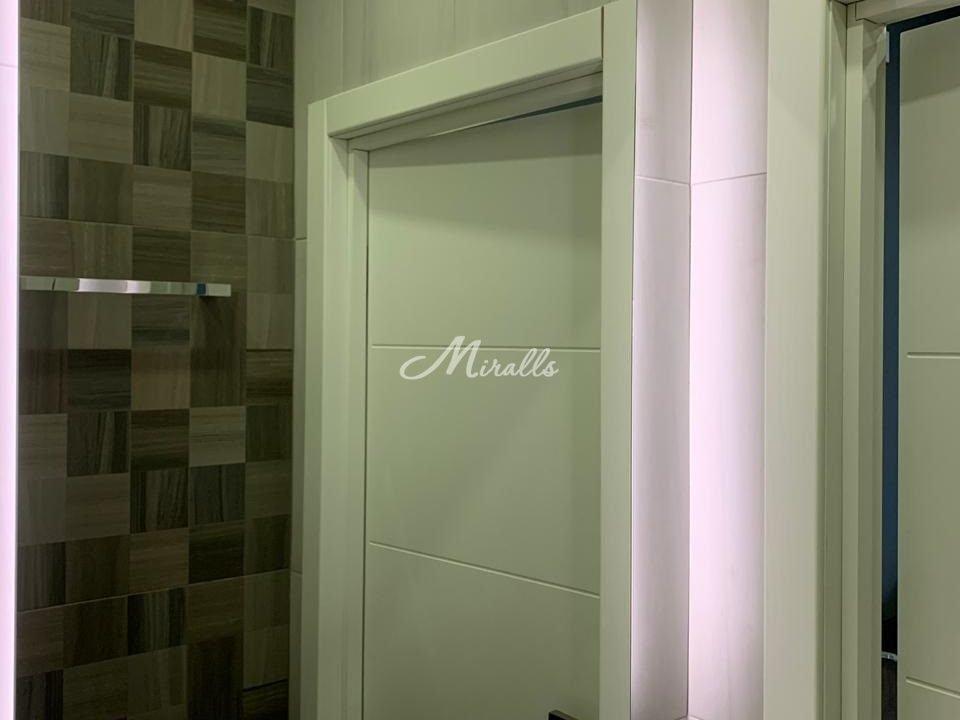 Зеркало Basic с холодной подсветкой в частной квартире