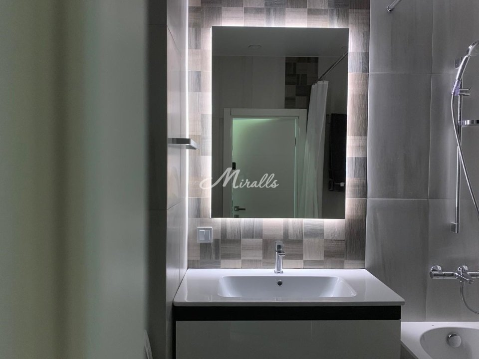 Зеркало Basic с холодной подсветкой после монтажа