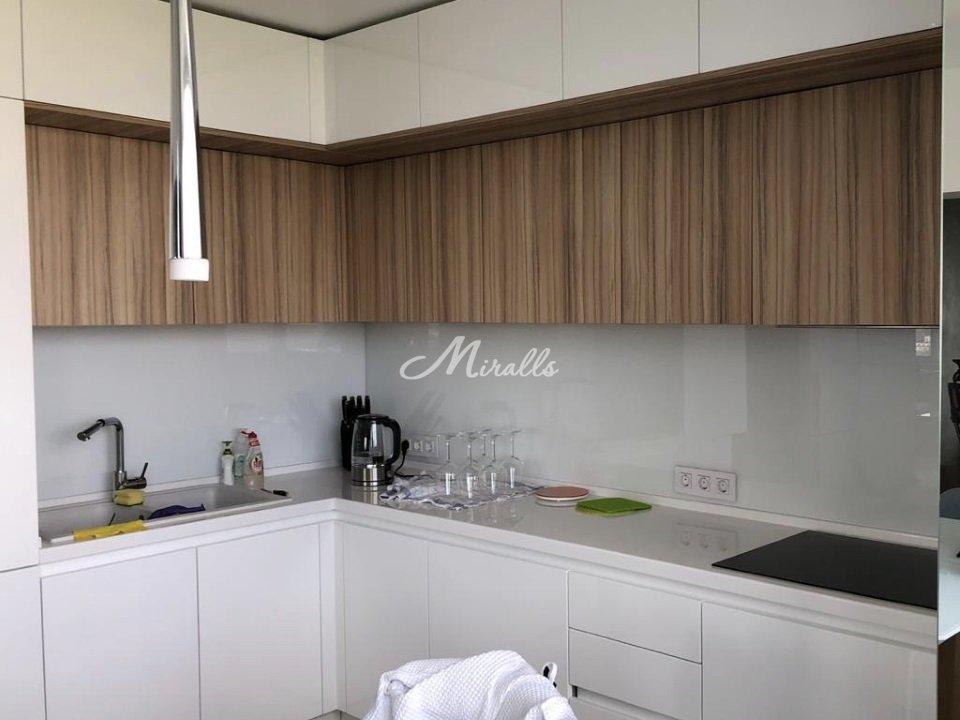 Наше стекло лакобель белого цвета на кухне частной квартиры («фартук» кухонного гарнитура)  в ЖК RedSide