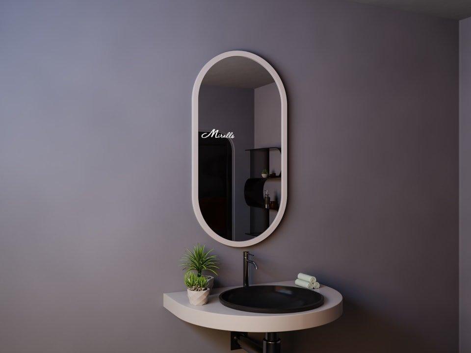 Овальное зеркало в деревянной раме Berta