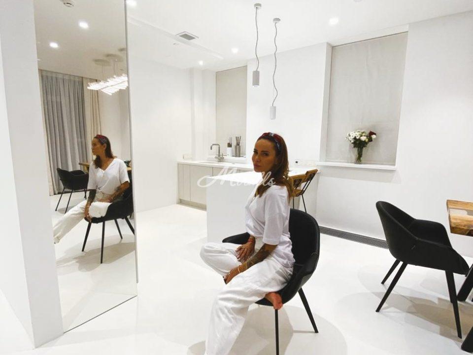 Зеркальное полотно «графит» на кухне частной квартиры