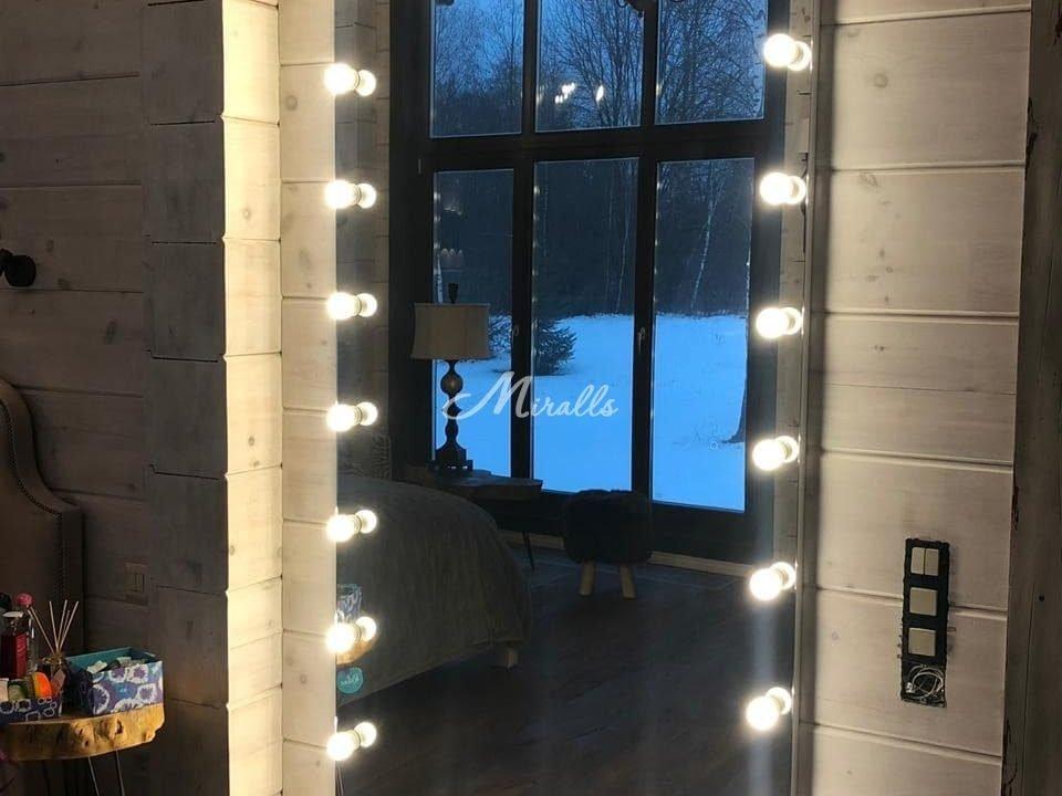 Зеркало с лампочками Hollywood в загородном доме