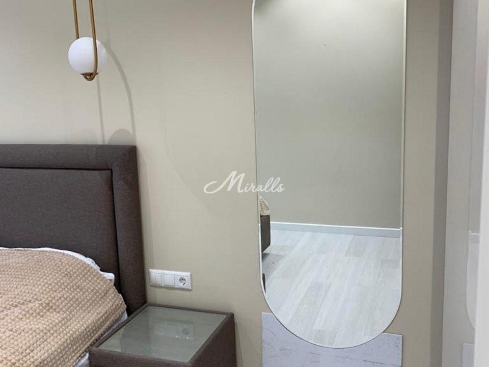 Зеркальное полотно в форме капсулы в ЖК Москвичка