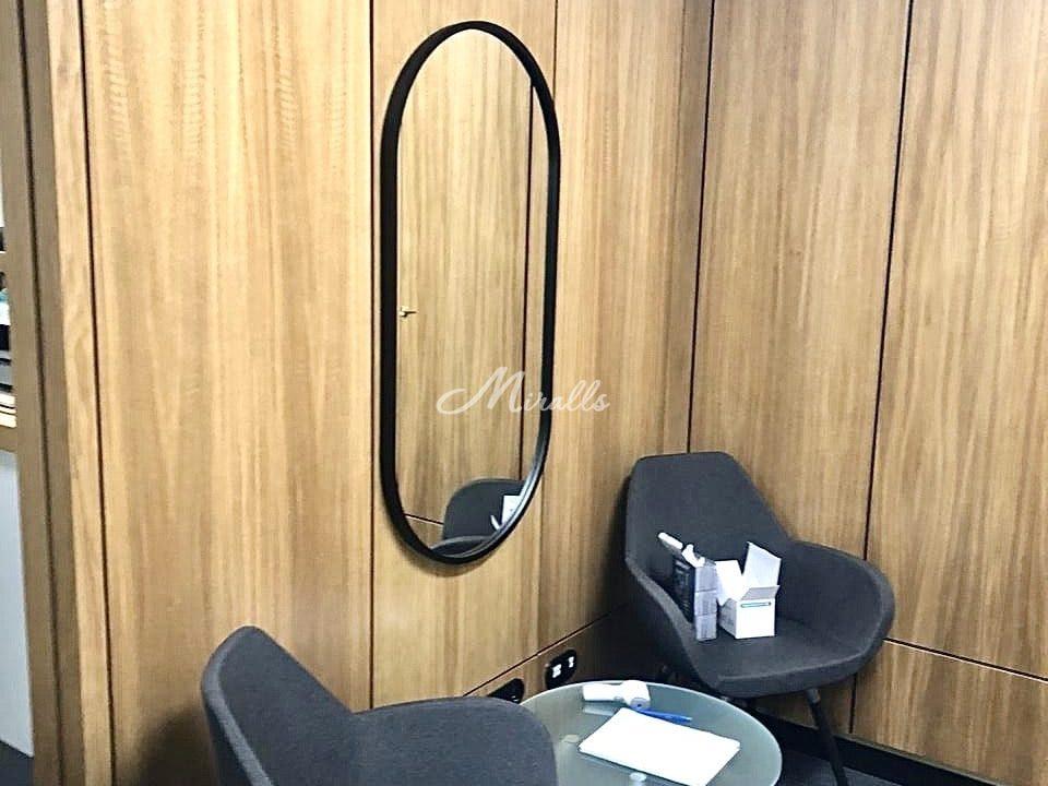 Зеркало Berta в черной раме после монтажа