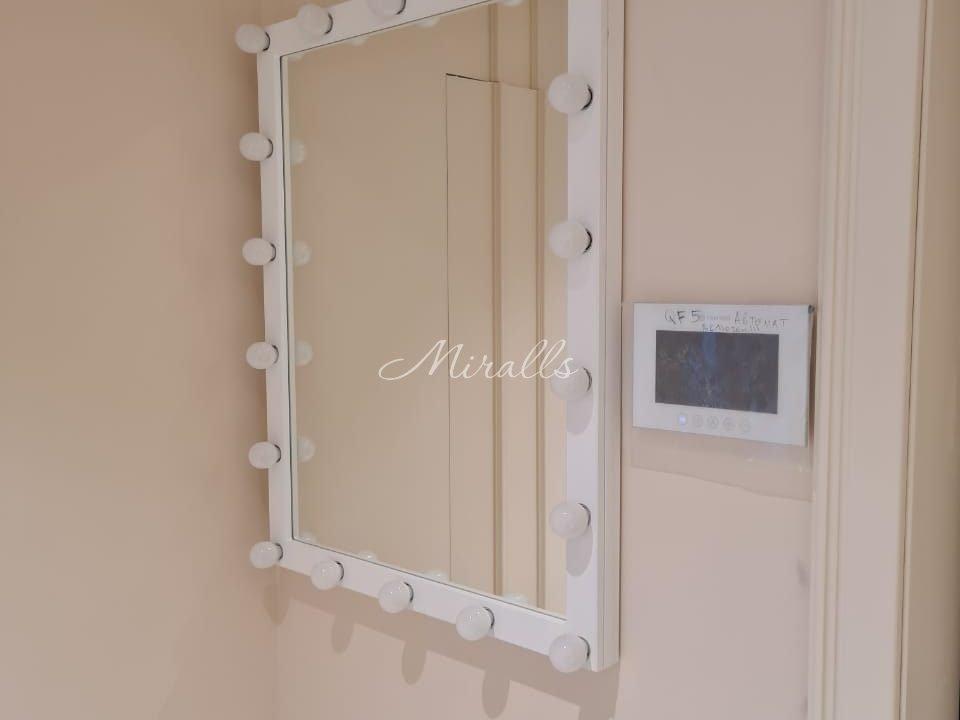 Зеркало Cabaret в белой раме в выключенном состоянии