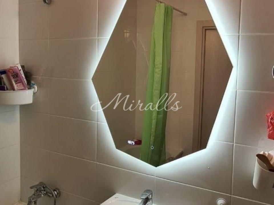 Зеркало Crystal Extra с холодной подсветкой. Внизу электронные часы и сенсорный выключатель