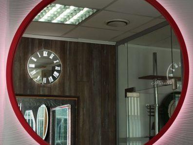 круглое зеркало с подсветкой в красной раме Simona