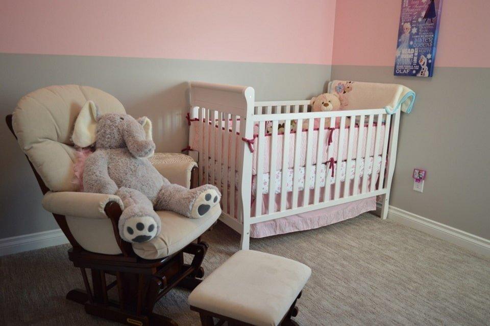 Детская кроватка. Фотография для статьи Зеркало для детской комнаты