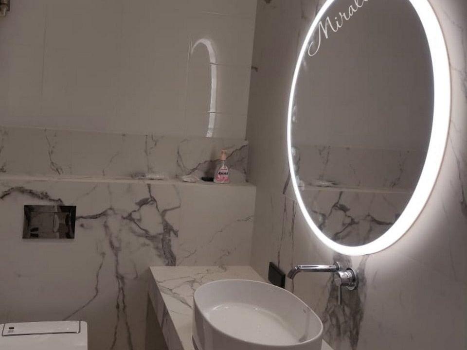 зеркало с подсветкой Disk в ванной комнате