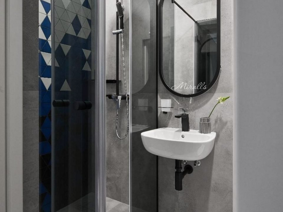 зеркало в деревянной раме Alba в ванной