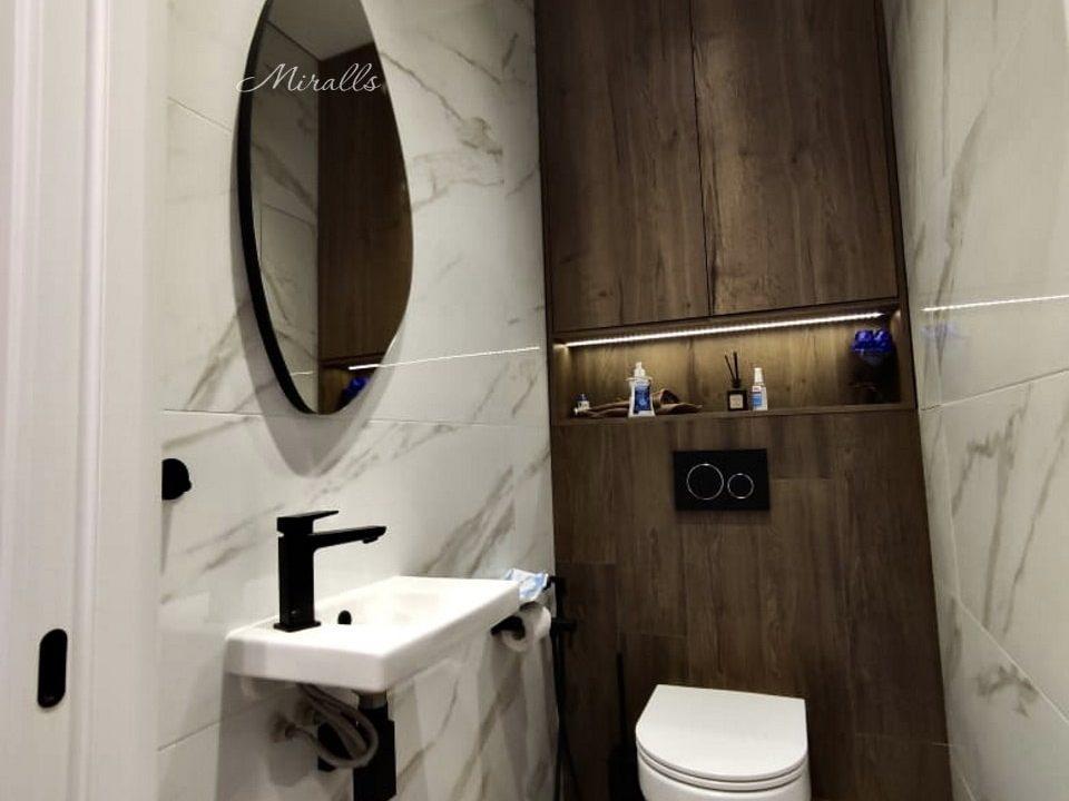 Фигурное зеркало Onyx в ванне