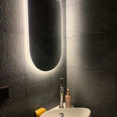 капсульное зеркало Serena с интерьерной подсветкой в ванне
