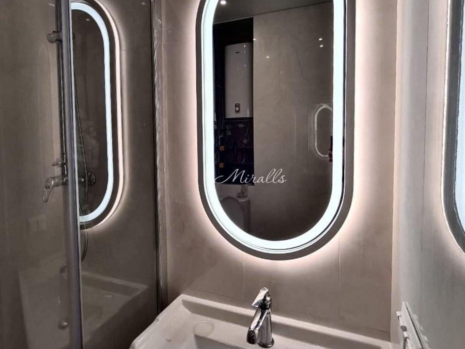 капсульное зеркало с подсветкой Aura в ванне