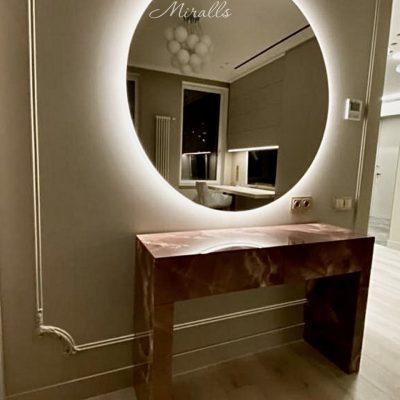 круглое зеркало Eclipse в гостиной