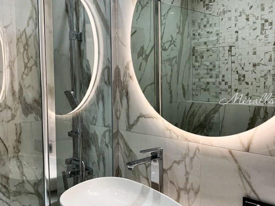 Круглое зеркало Eclipse в ванне