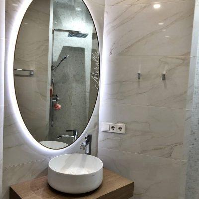 круглое зеркало Medea Extra с интерьерной подсветкой в ванне