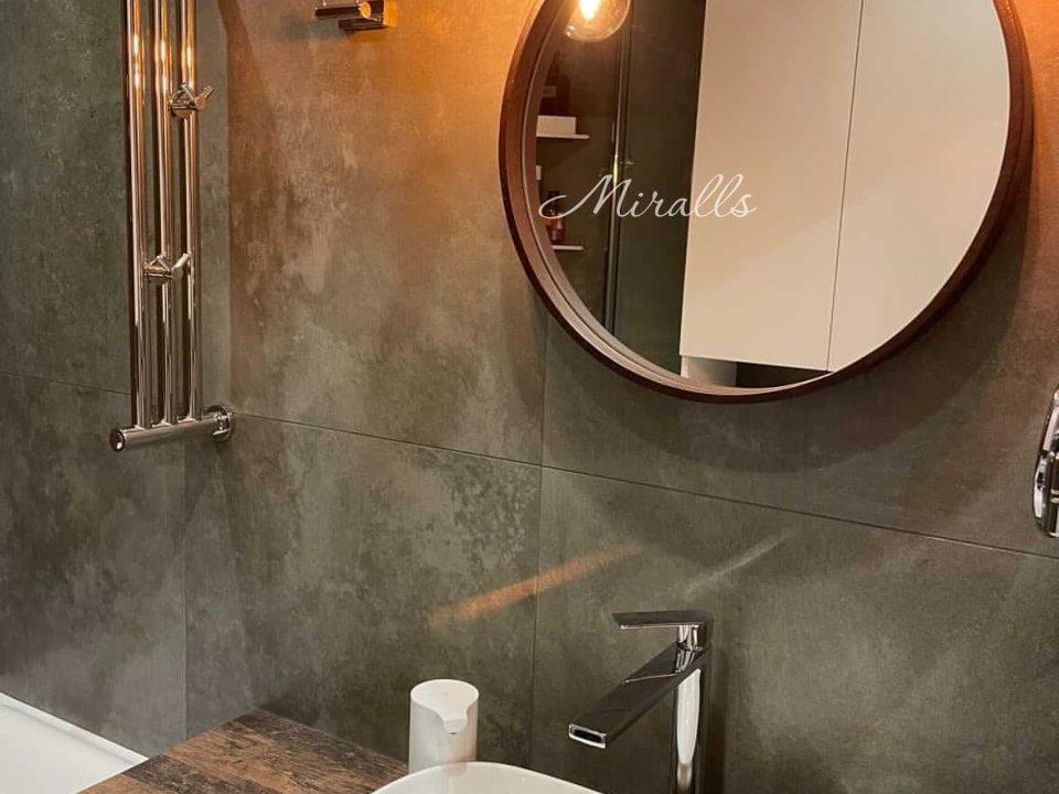 Круглое зеркало Oasis в ванне