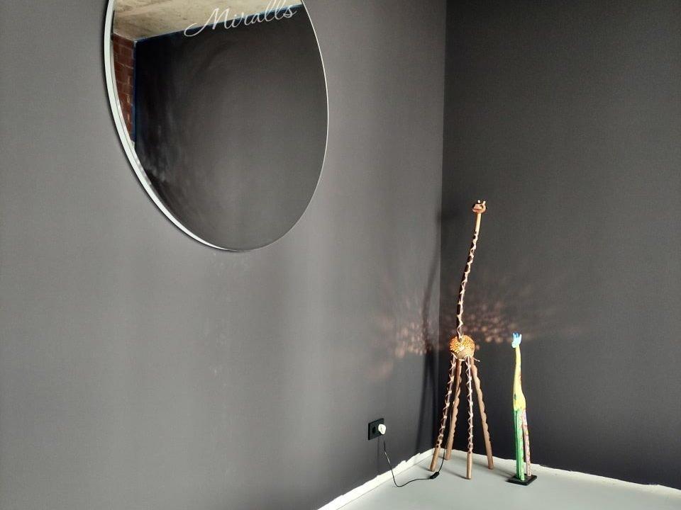 круглое зеркало Portal в комнате