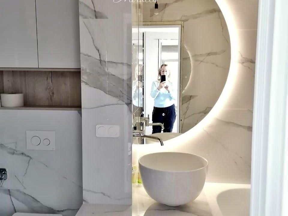 оригинальное зеркало Enigma в ванной комнате