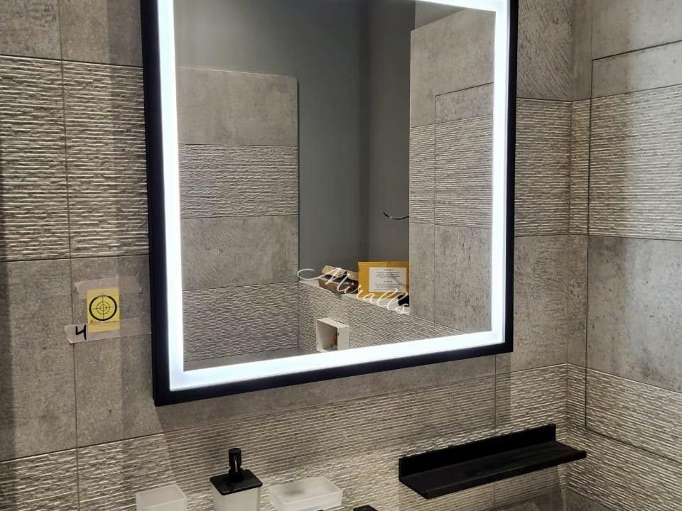 прямоугольное зеркало Bruno Plus с фронтальной и интерьерной подсветкой в ванне