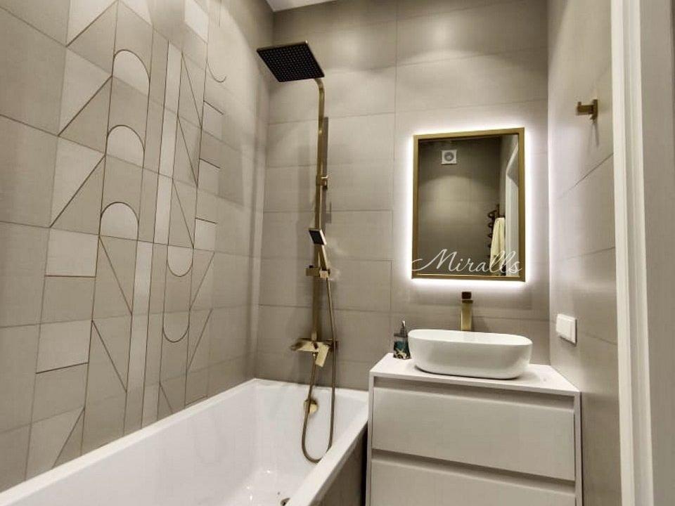 прямоугольное зеркало Bruno в ванной комнате