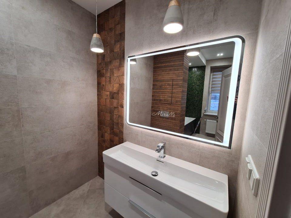 прямоугольное зеркало Fusion с интерьерной и фронтальной подсветкой в ванне