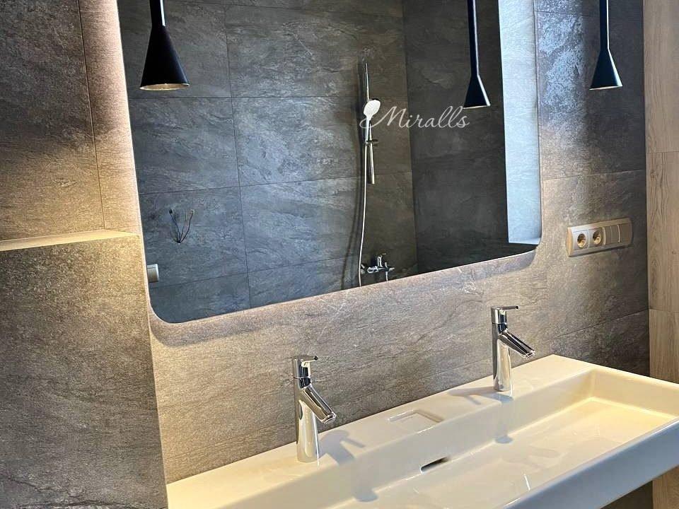 прямоугольное зеркало с подсветкой Lux в ванне