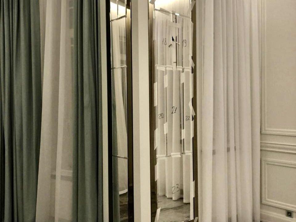 зеркальное панно Bonaparte в гостиной