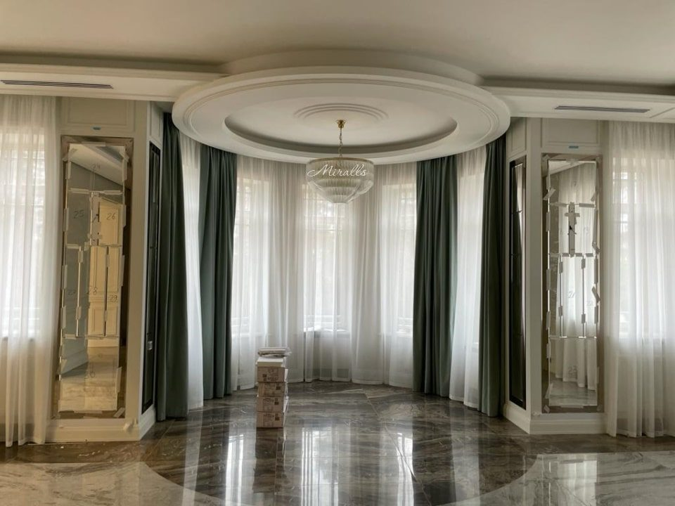 зеркальное панно в гостиной Mozart