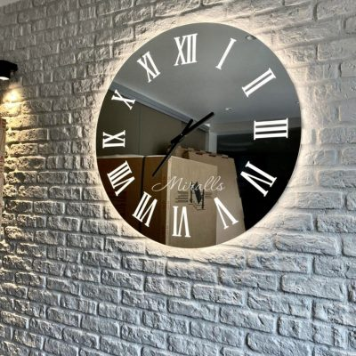 зеркальный часы Tempo в комнате