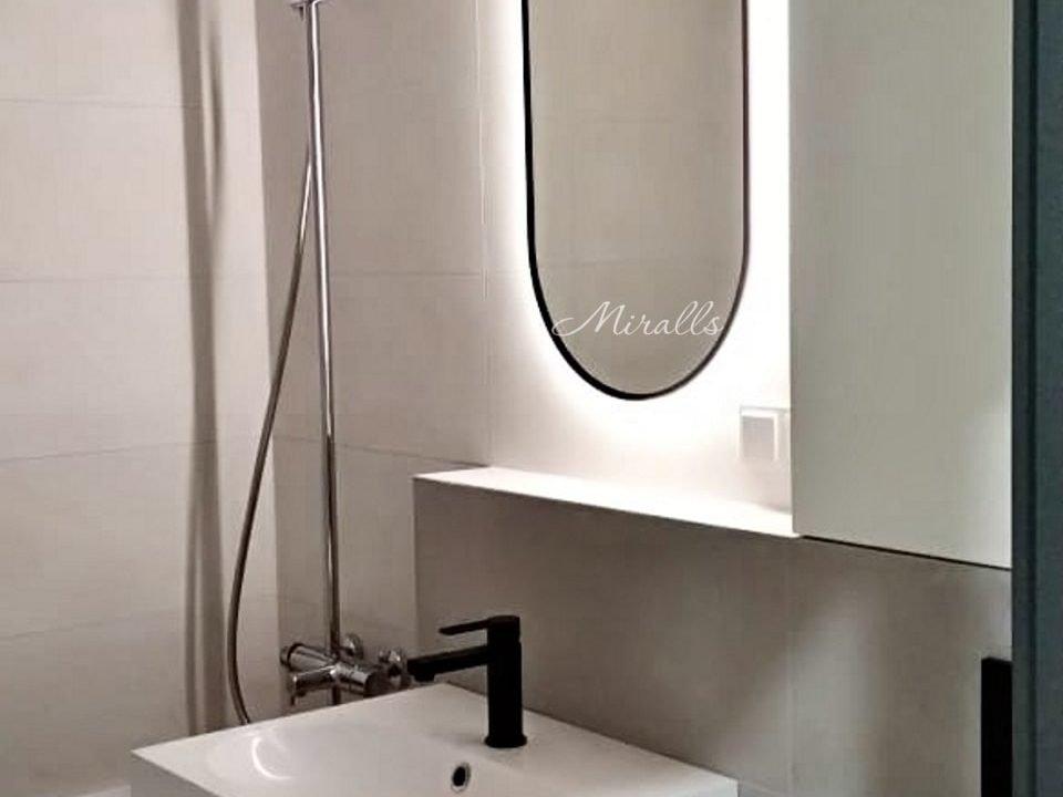 зеркало Alba в деревянной раме с подсветкой в ванне