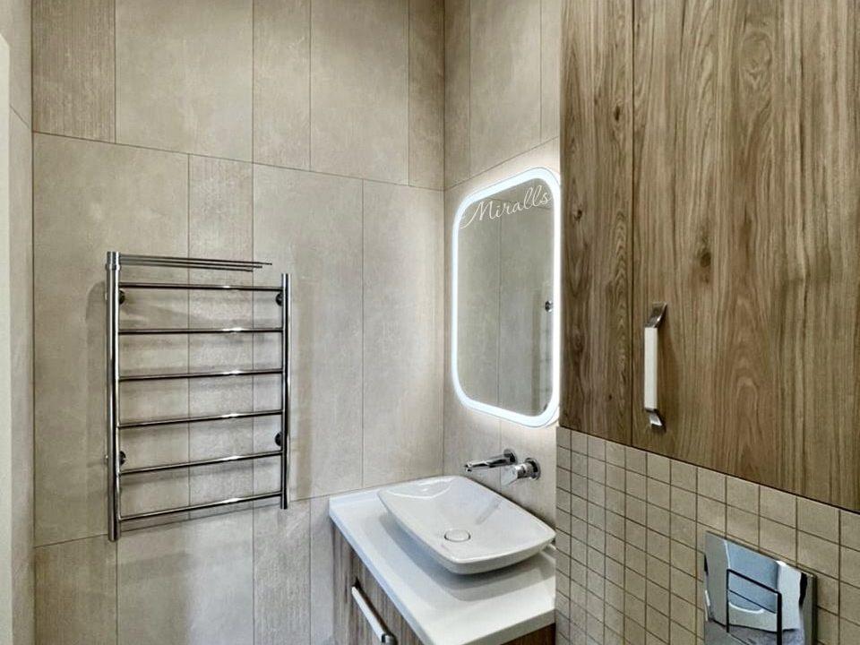зеркало Camelia с подсветкой в ванной комнате