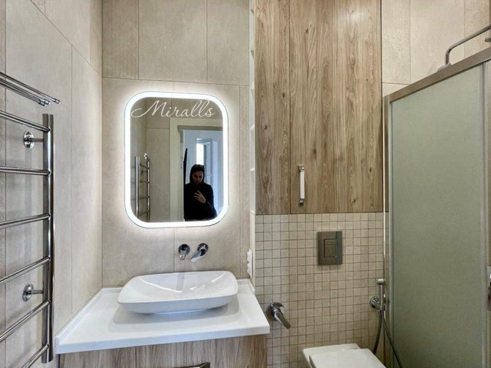 зеркало Camelia со скругленными углами и подсветкой в ванне