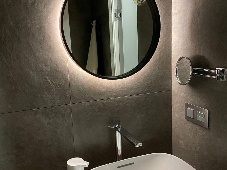 зеркало Oasis Extra с подсветкой и раме в ванне