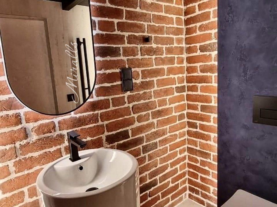 зеркало капсульной формы Ameli Extra в ванне