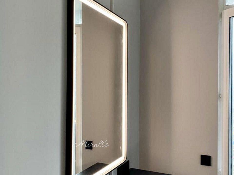 зеркало в комнате с подсветкой Emilio Plus