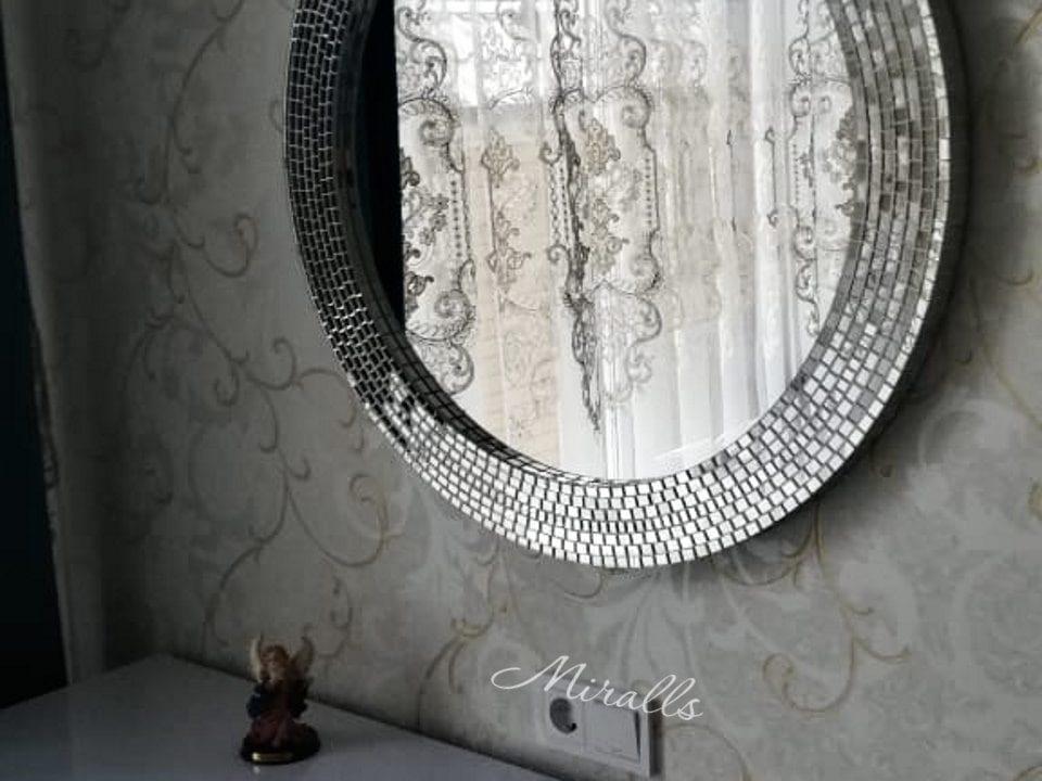 зеркало в раме из мозаики Josefina в гостиной