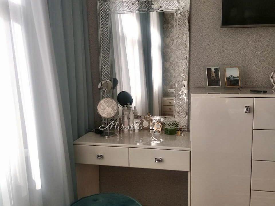 зеркало в раме из мозаики в комнате Antique