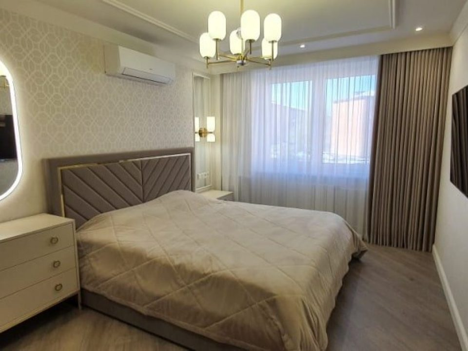зеркало в спальне с подсветкой Aura