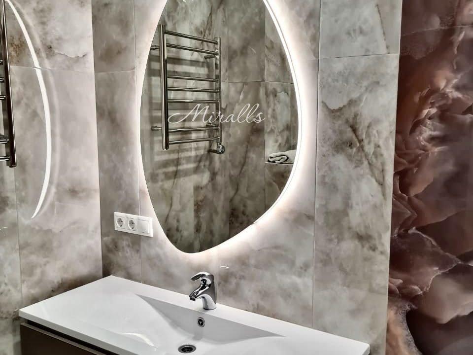 Фигурное зеркало с подсветкой Onyx Extra в ванне